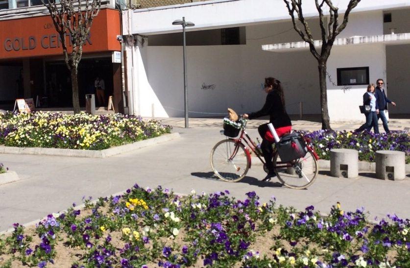 Mulher de bicicleta na Avenida da Liberdade