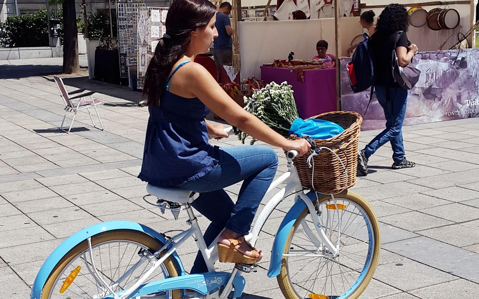 Mulher ciclista na Avenida Central - Braga