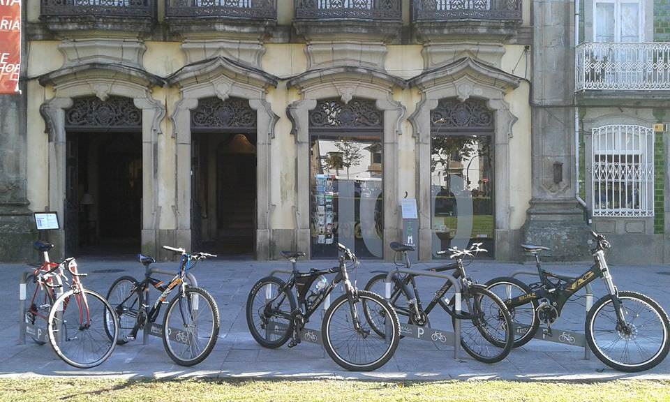 Estacionamento para bicicletas em braga, na Avenida Central, junto á Livraria 100ª Página