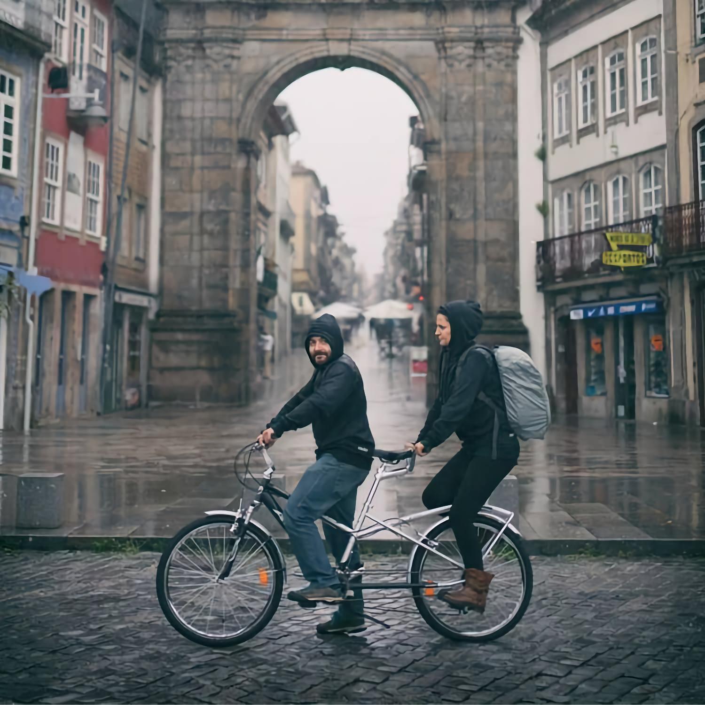 Bicicleta tandem junto ao Arco da Porta Nova, em Braga